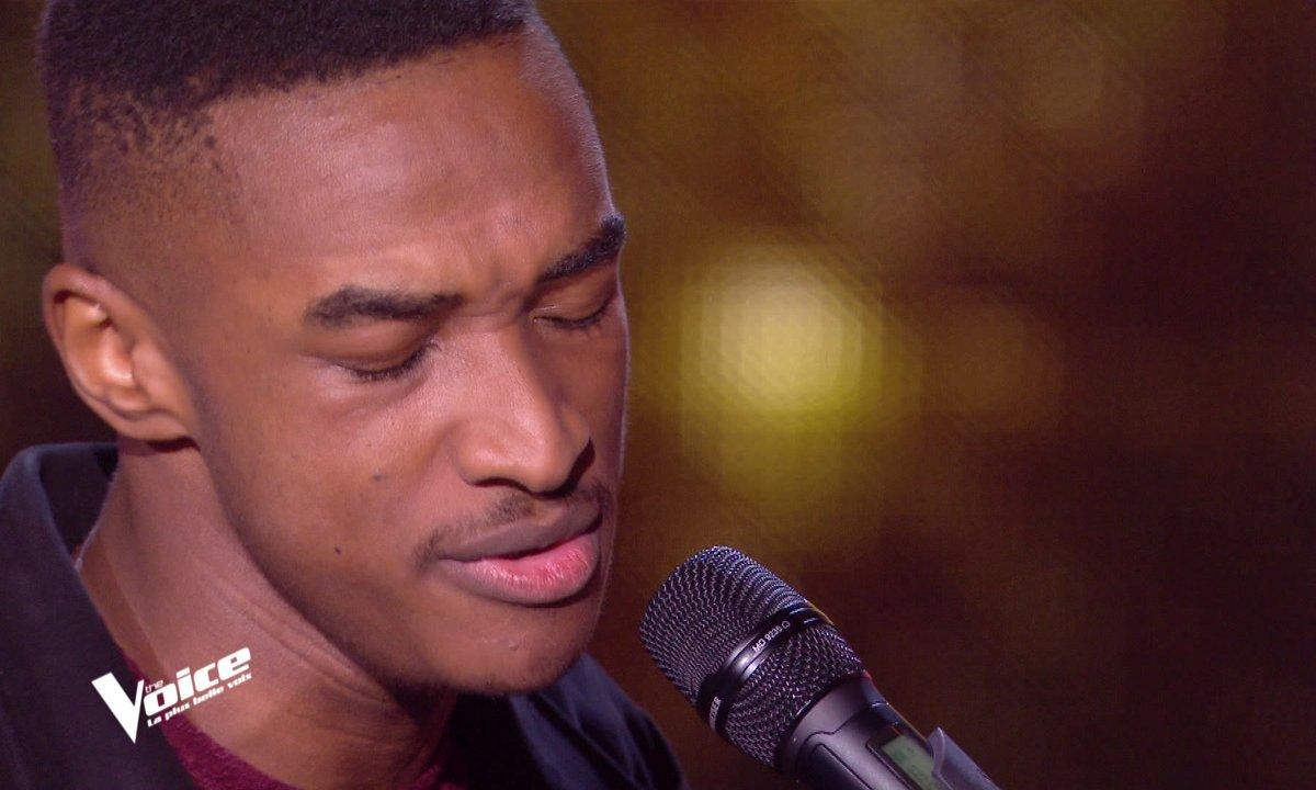 """THE VOICE 2020 - Abi bluffe les coachs puis improvise """"Sous le vent"""" au piano"""