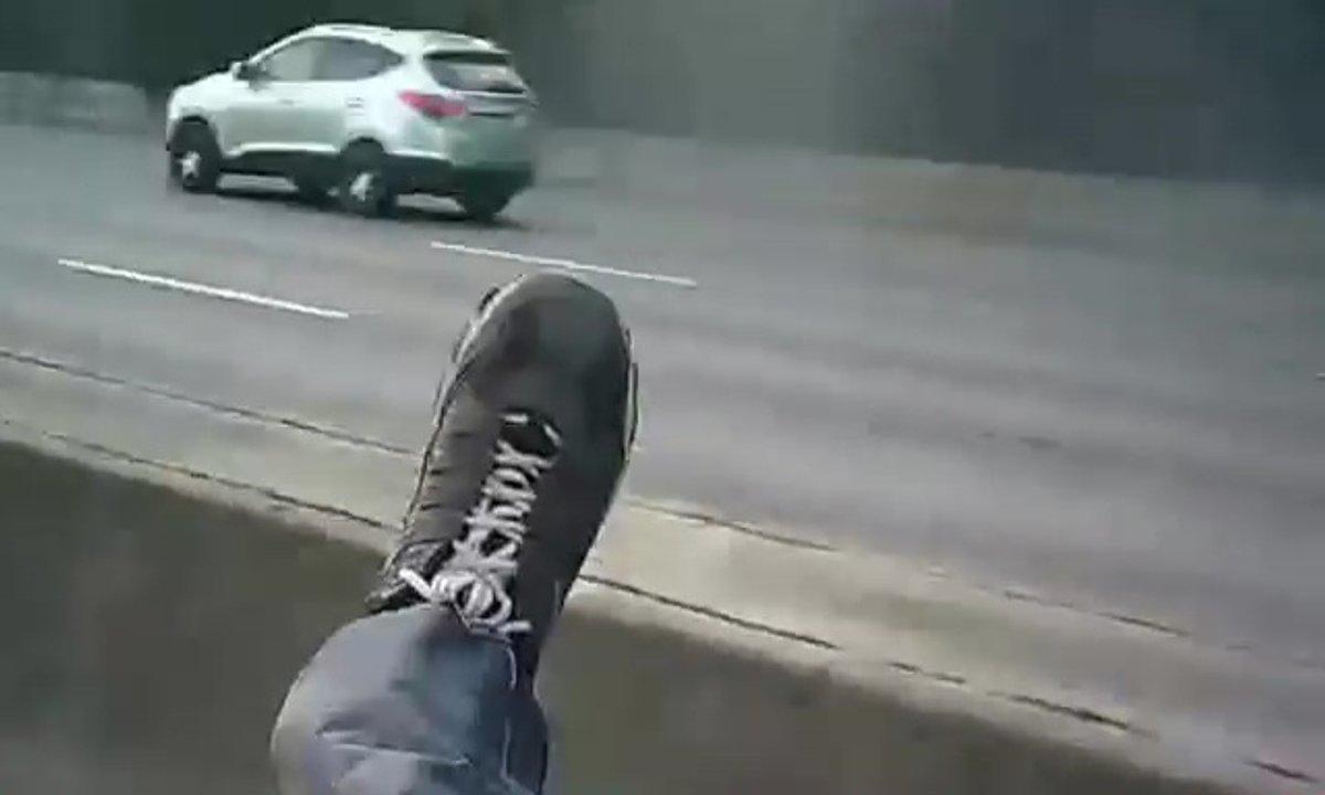 Insolite : Ce motard percute une voiture et termine... sur le coffre