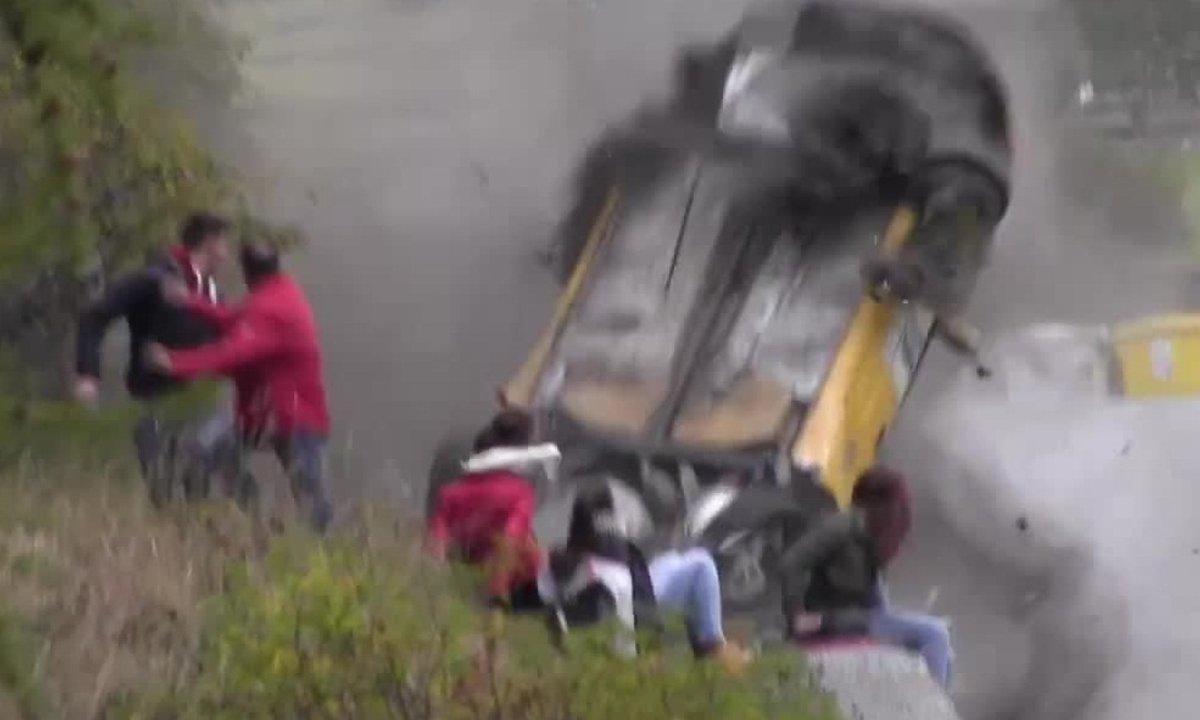Insolite : Des spectateurs frôlent le mort lors d'un Rallye