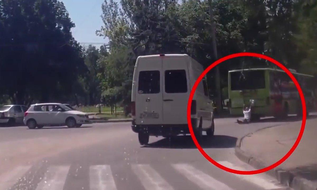 """Insolite : le """"Terminator ukrainien"""" traîné par un bus et écrasé par une camionnette !"""