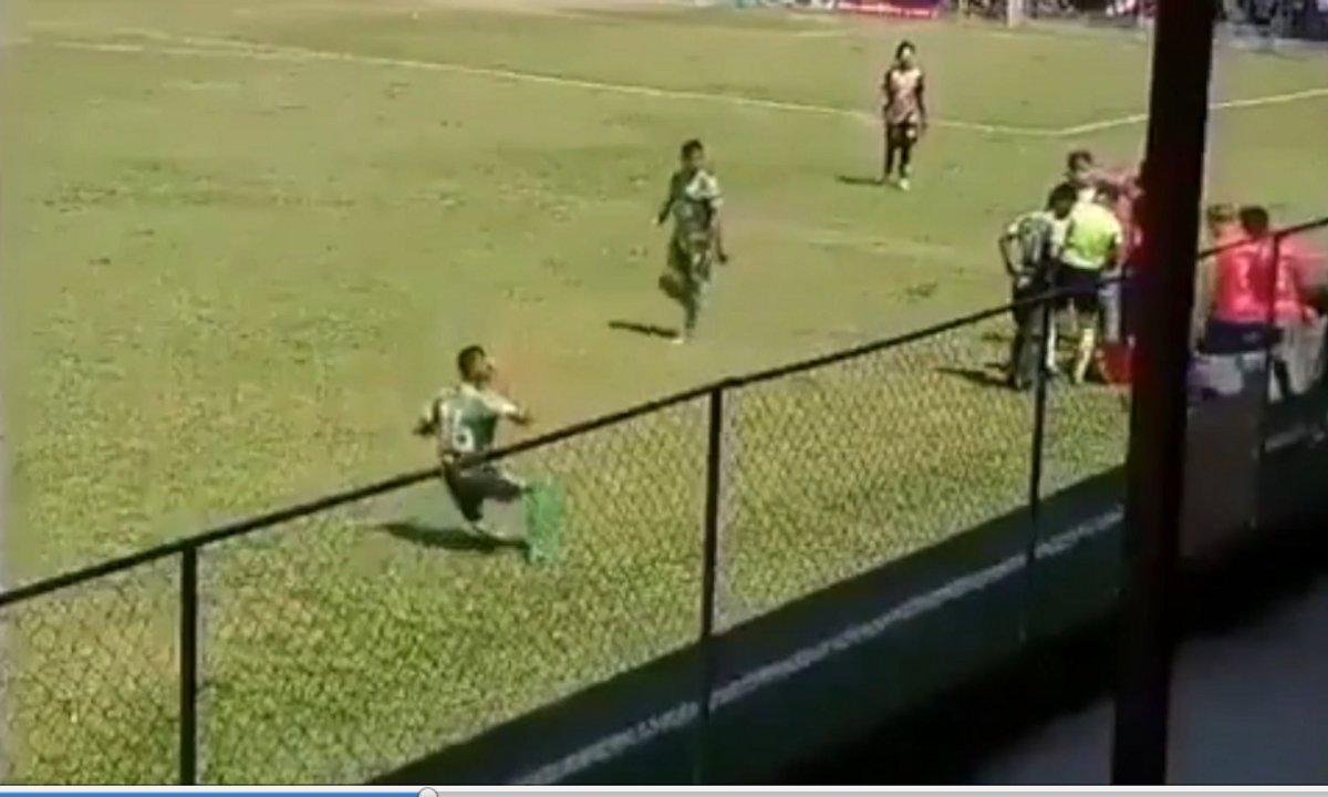VIDEO – Un joueur fait semblant de se prendre un projectile et s'effondre