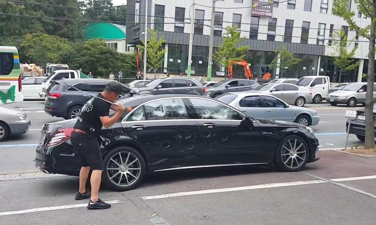 Insolite : furieux, il détruit sa Mercedes-AMG S63 avec un club de golf