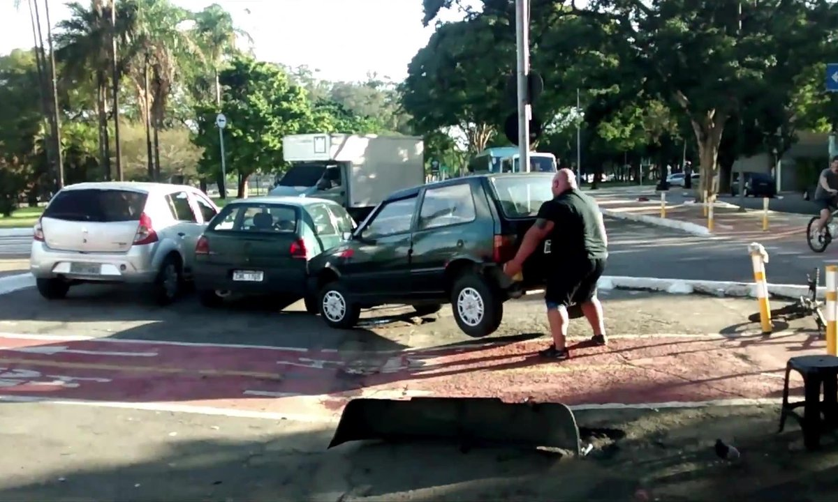 Insolite : un cycliste déplace une voiture… à la main