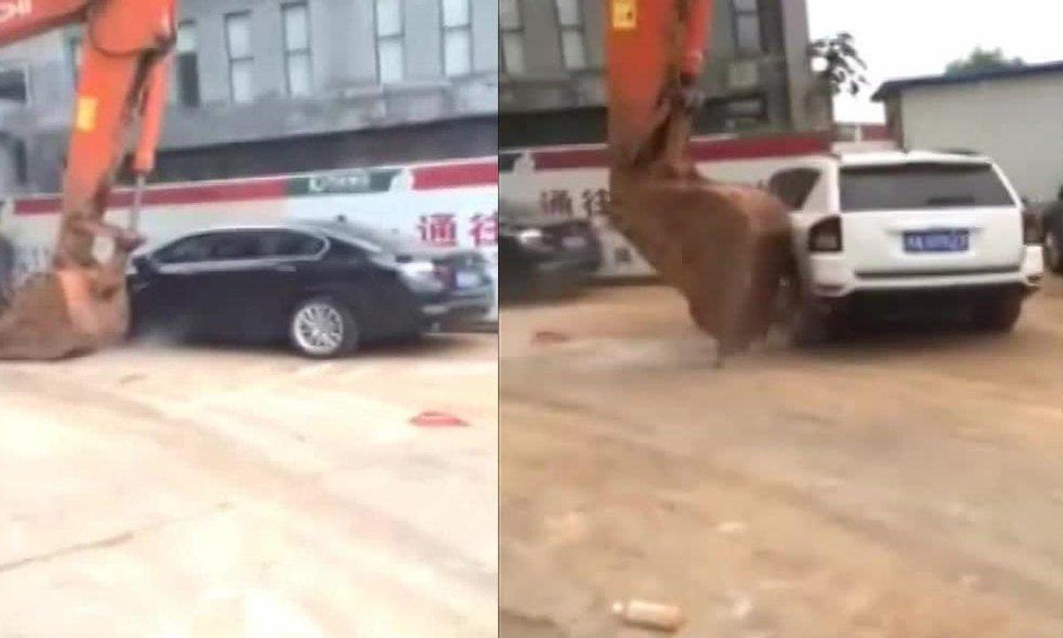 Une pelleteuse expluse deux voitures mal garées