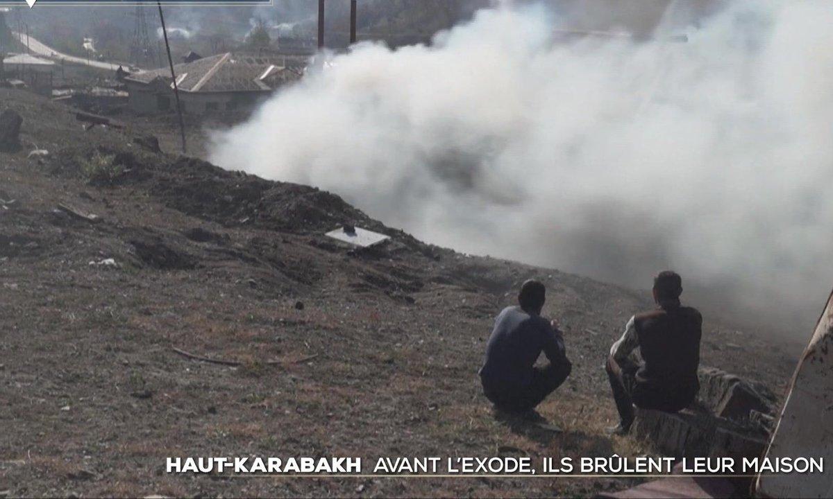 Avant l'exode, les habitants du Haut-Karabakh brûlent leur maison