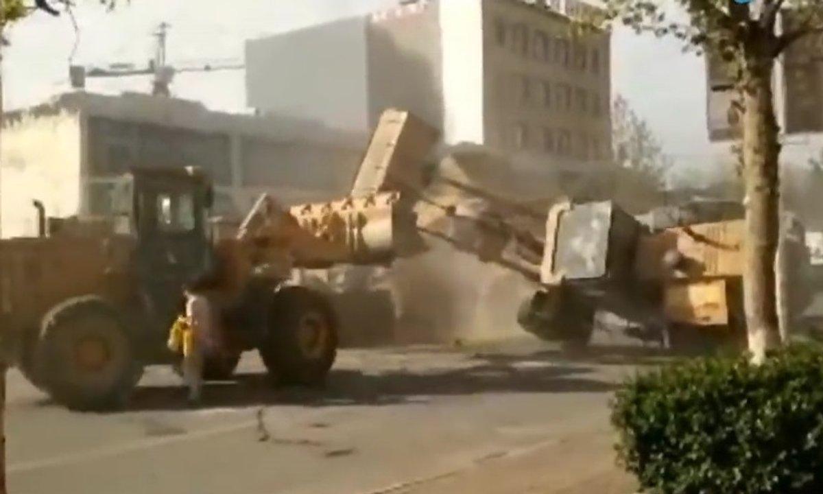Insolite : Un combat de bulldozers en pleine rue !