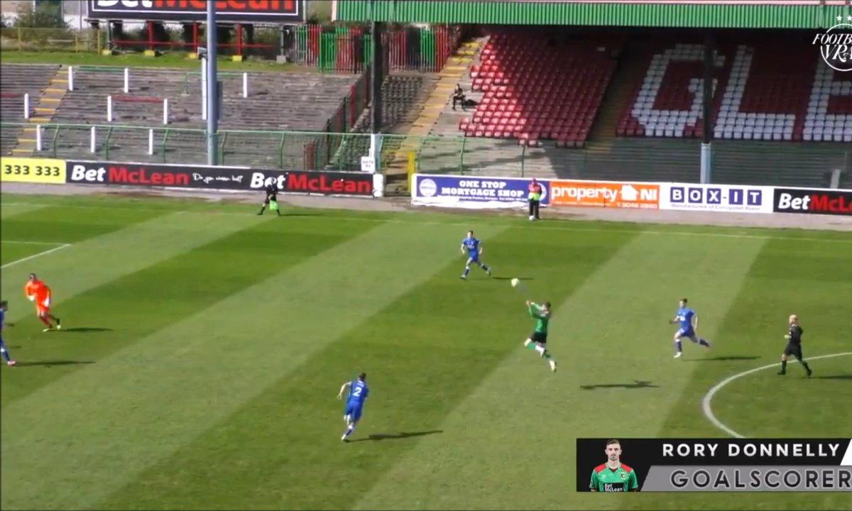 VIDEO - Il marque un but de 35 mètres... de la tête !!!