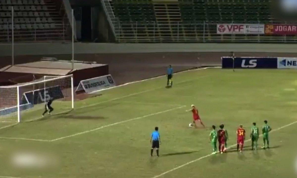 VIDEO – Un gardien provoque un péno, l'arrête… et célèbre à genoux devant l'arbitre