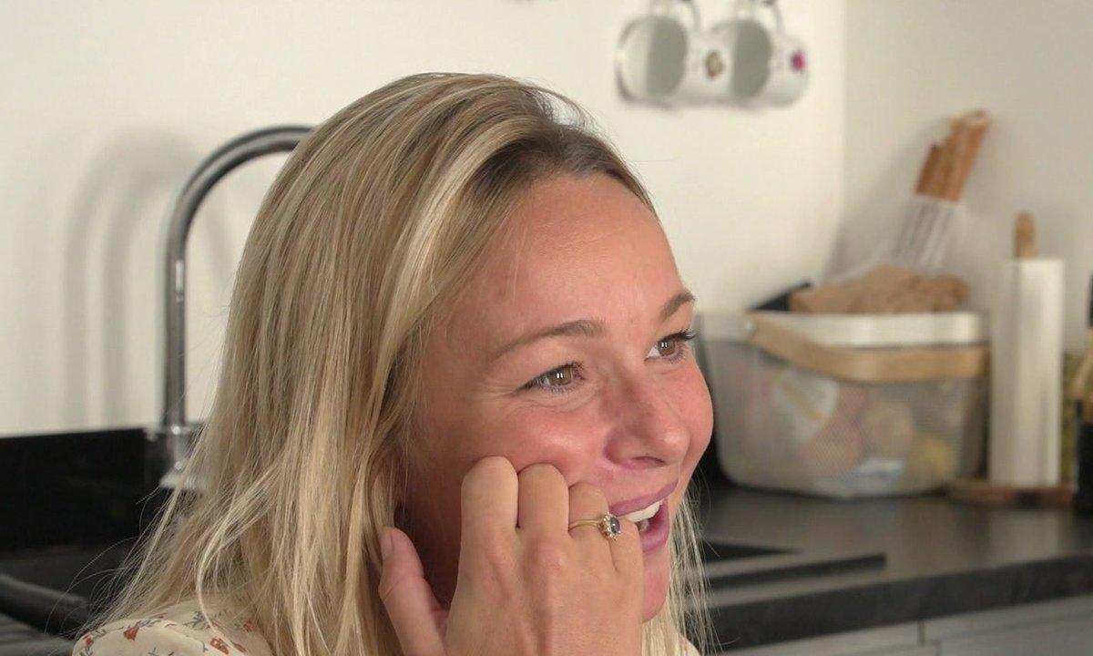 Cindy pose toutes sortes de questions à Jesta dans l'épisode 02 de Mamans & célèbres