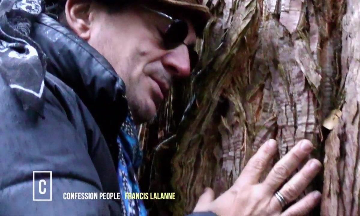 Francis Lalanne en pleine communion avec un arbre