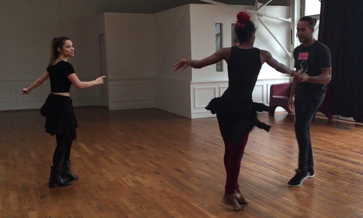 Denitsa mène la danse pendant les répétitions de groupe
