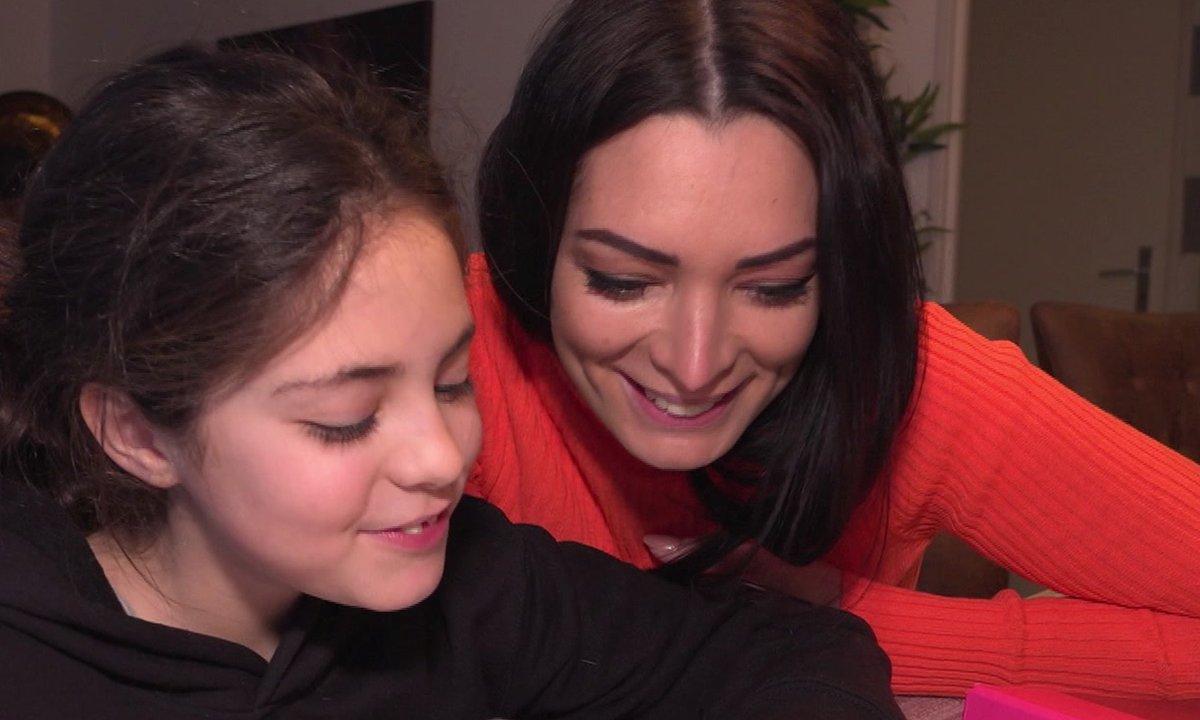 Emilie fait des maths avec sa fille dans l'épisode 54 de Mamans & célèbres