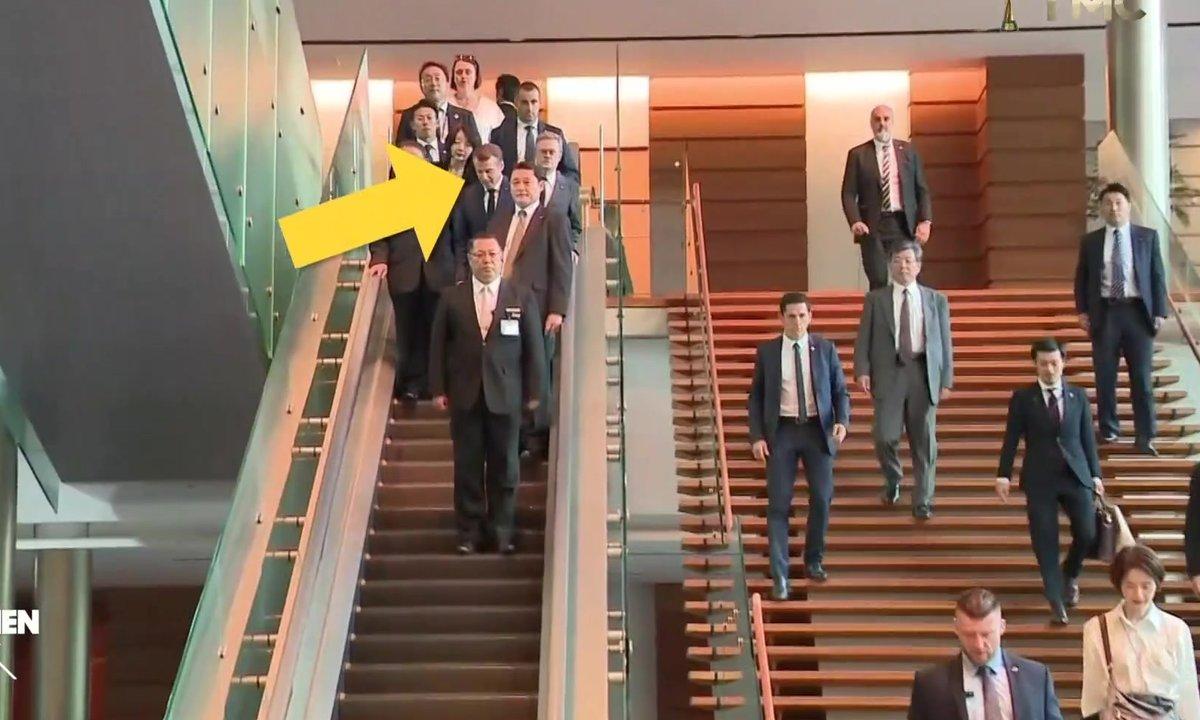 Emmanuel Macron sait compter deux par deux et lacer ses chaussures