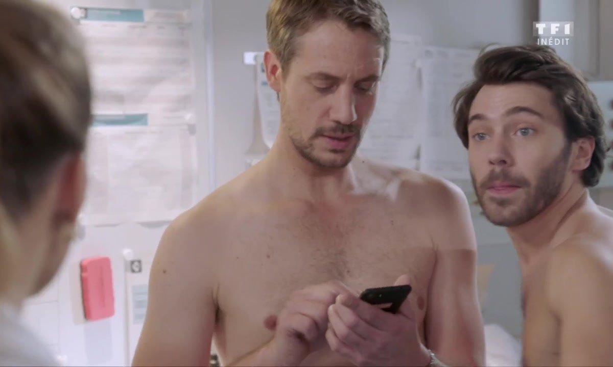 Etienne et Bastien torses nus en train de mesurer leur... tour de taille !