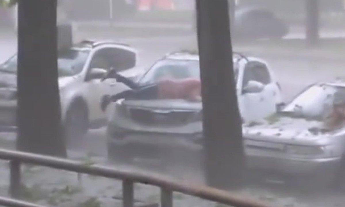 Insolite : elle se couche sur le capot de sa voiture pour la protéger de la grêle !