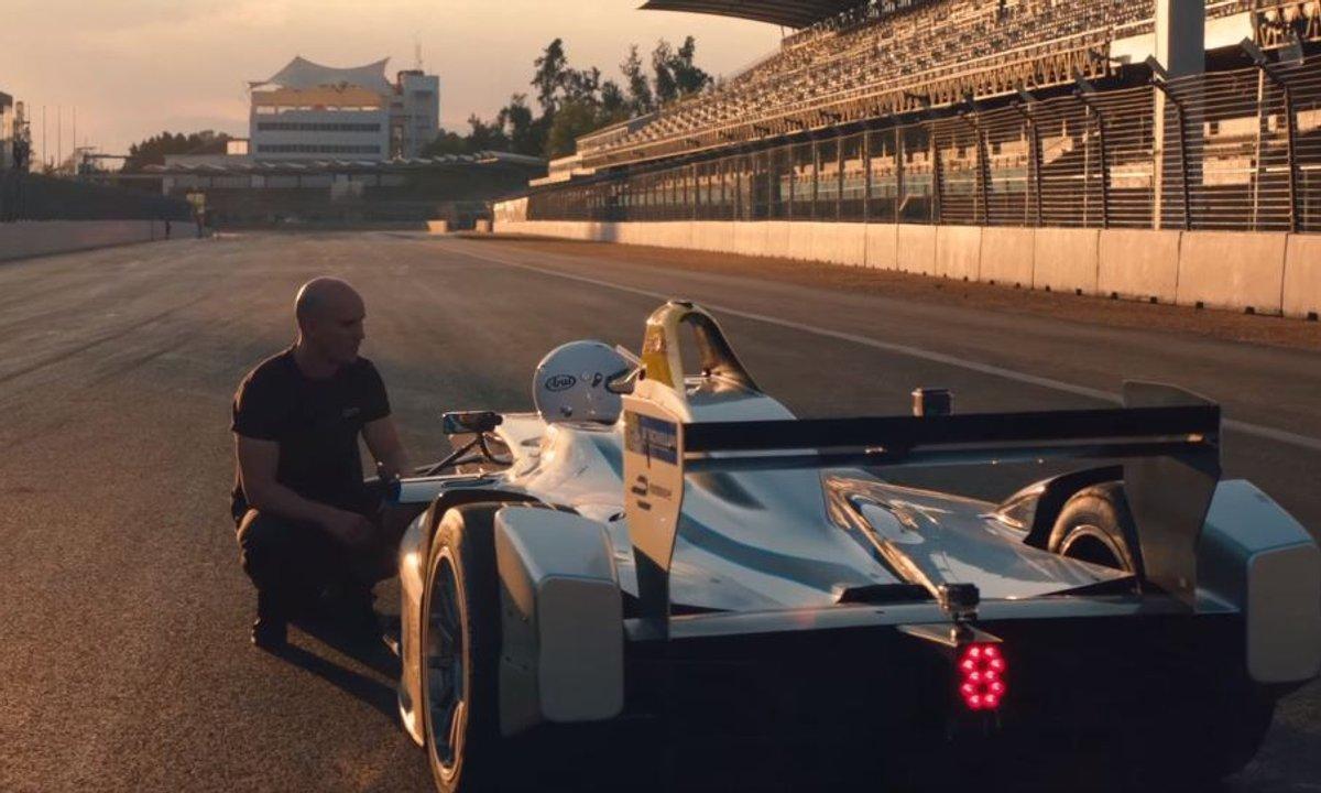 Insolite : Damien Walter fait un backflip au-dessus d'une Formule E à pleine vitesse
