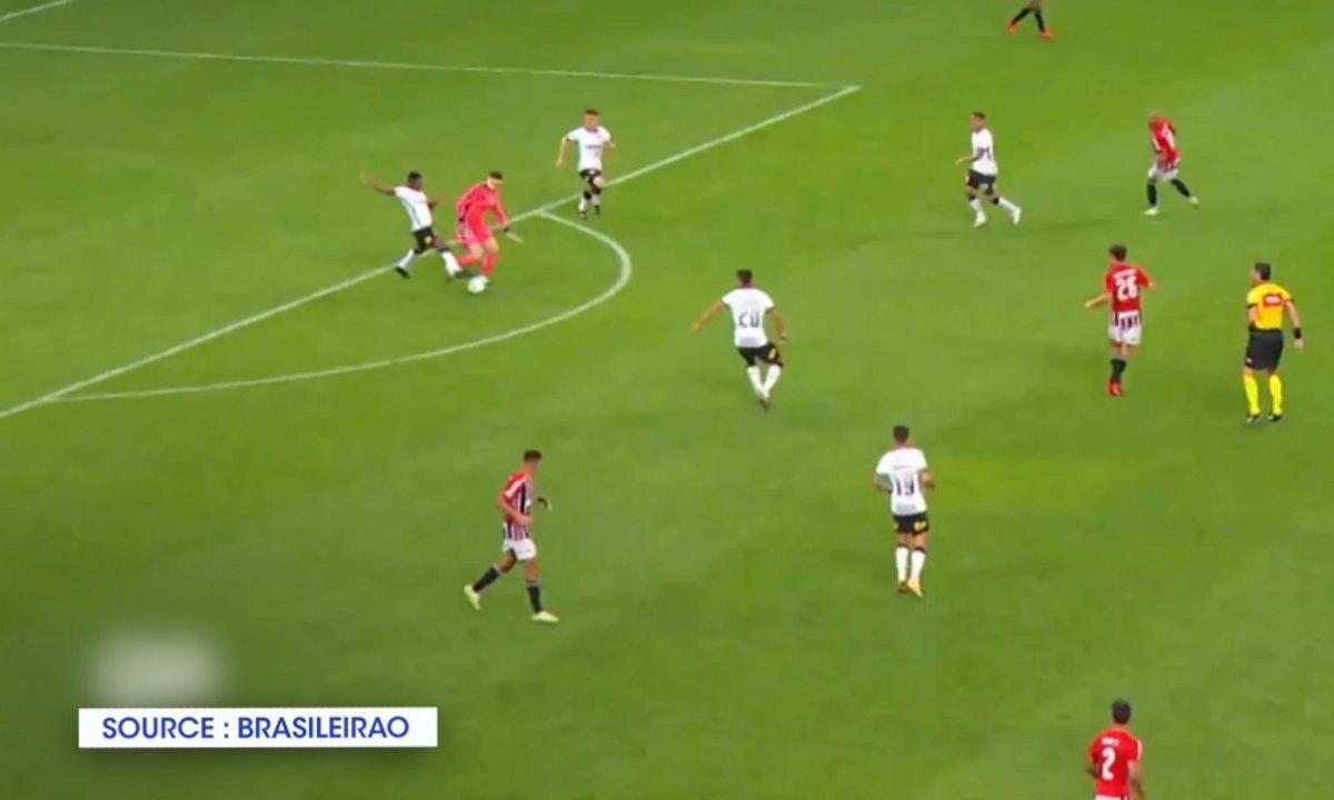 VIDEO - Un gardien se prend pour Zidane... tombe.... mais est sauvé par la maladresse adverse