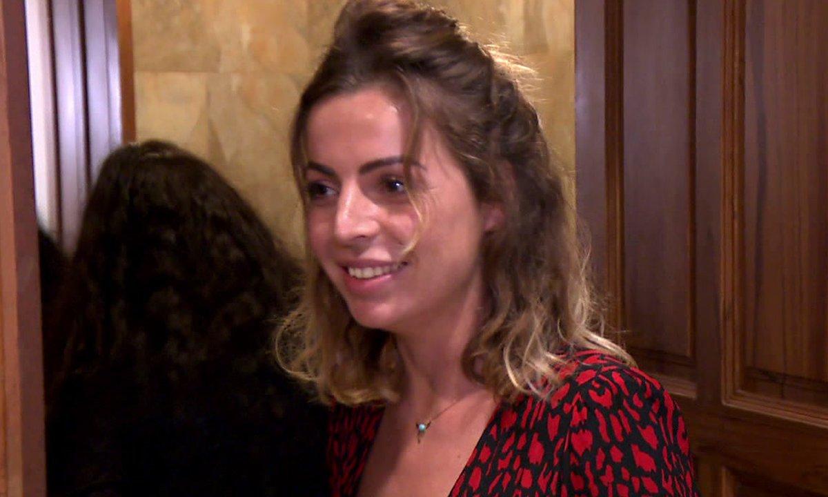 Hillary fait un test de grossesse dans l'épisode 09 de la JLC Family
