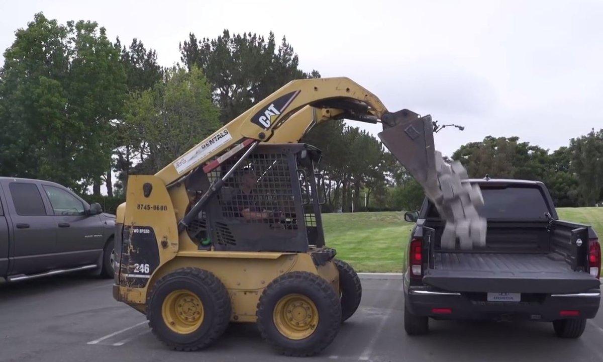 Insolite : Honda met à mal la benne de son Ridgeline à coups de pierres !