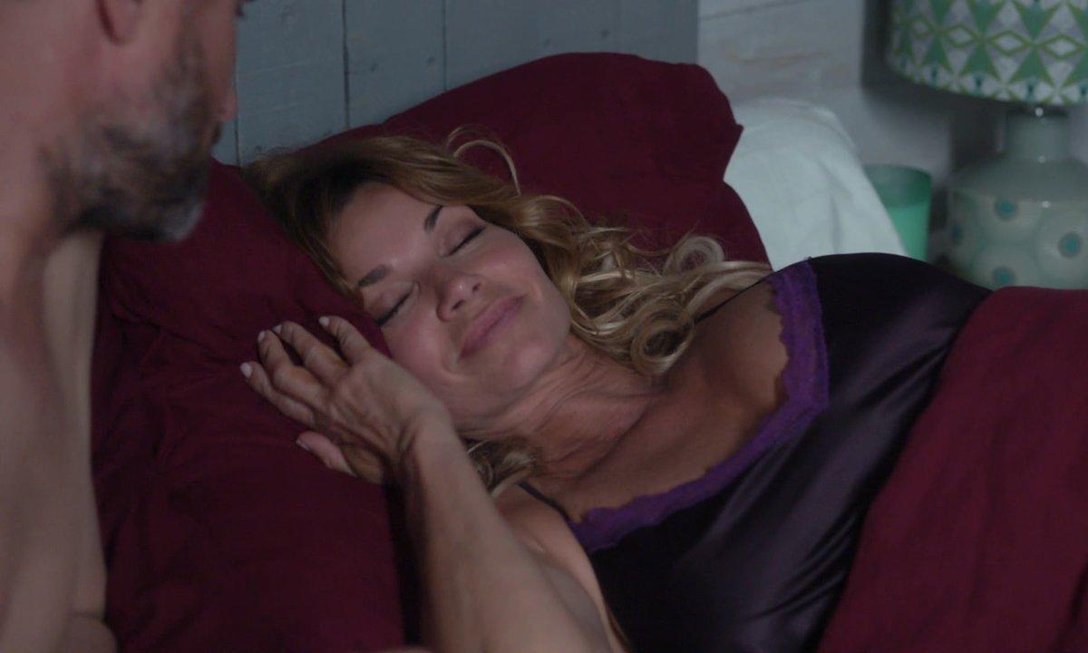 HOT - Chloé fait un rêve érotique avec Raphaël ! (épisode 254)