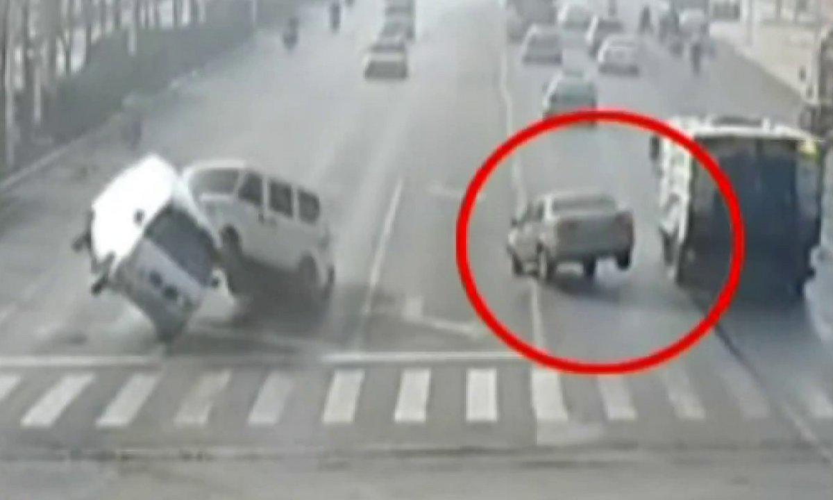 Insolite - Mystère : 3 voitures se soulèvent toutes seules à un carrefour ?