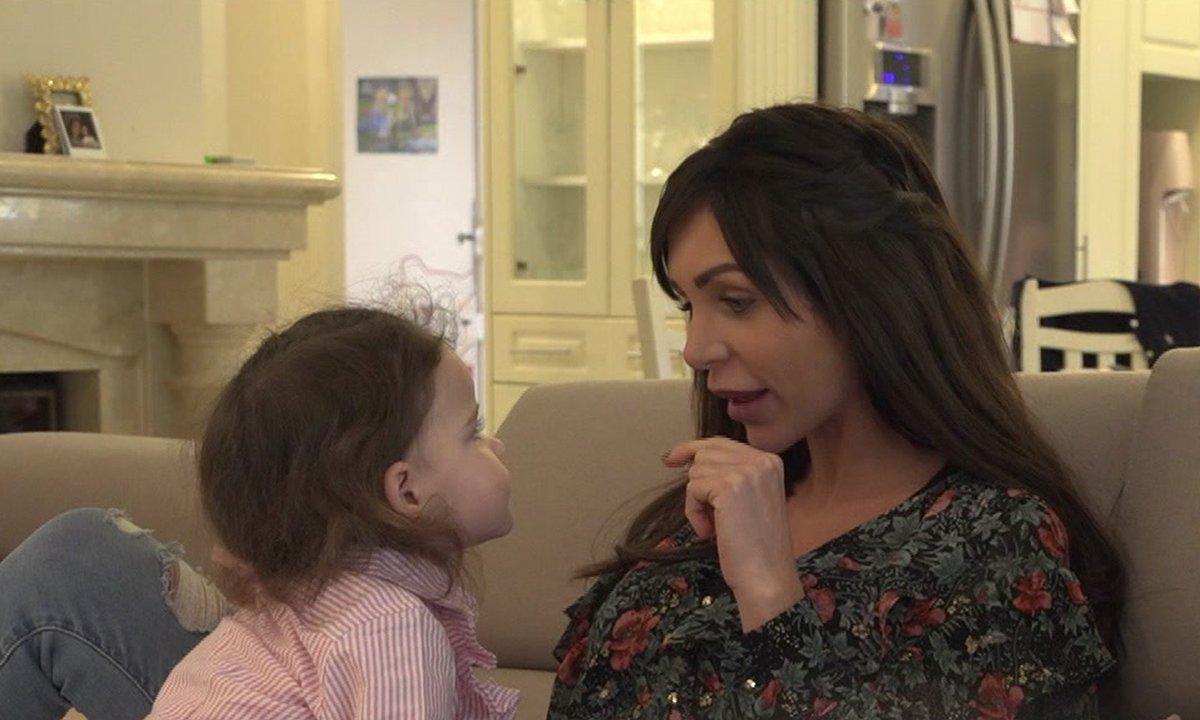 Julia fait une annonce à Luna dans l'épisode 48 de Mamans & célèbres