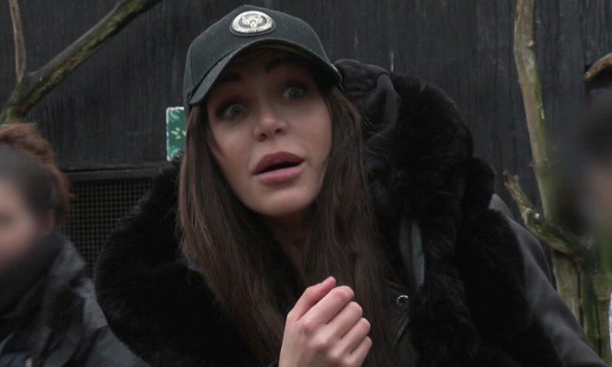 Julia panique face à des oiseaux