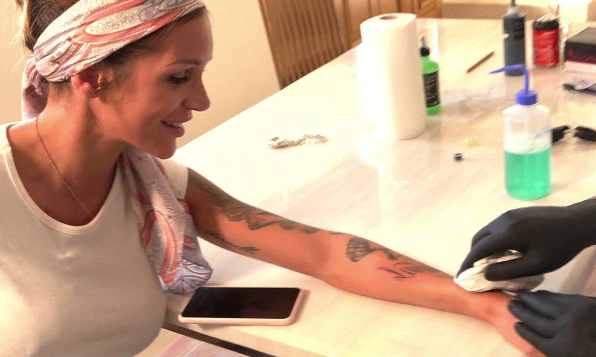 Julia se fait un nouveau tatouage dans l'épisode 19 de Mamans & célèbres