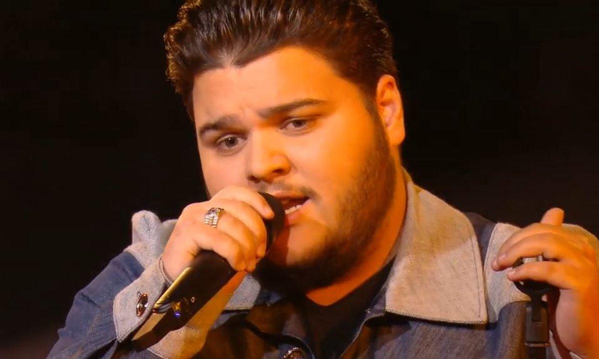 """The Voice 2021 – Julien chante """"Ca pleure aussi un homme"""" de Ginette Reno (KO)"""