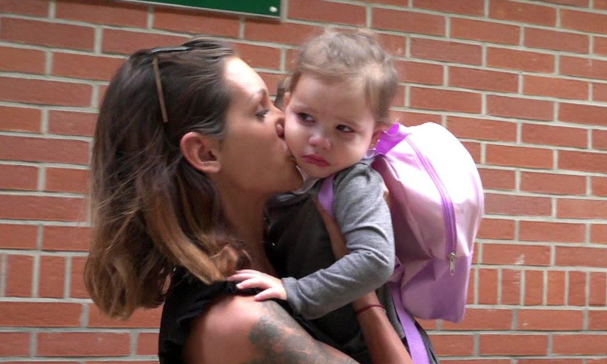 Luna, la fille de Julia fond en larmes à la sortie de l'école