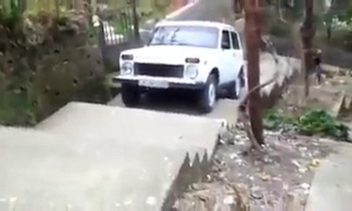 Insolite : La Lada Niva grimpe un énorme escalier