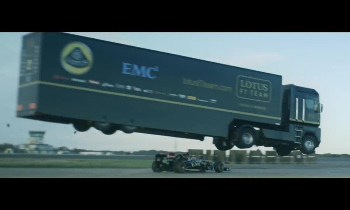 Insolite : un camion saute par-dessus une F1 !