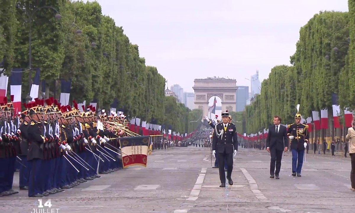 14-juillet : les honneurs militaires rendus par la Garde républicaine