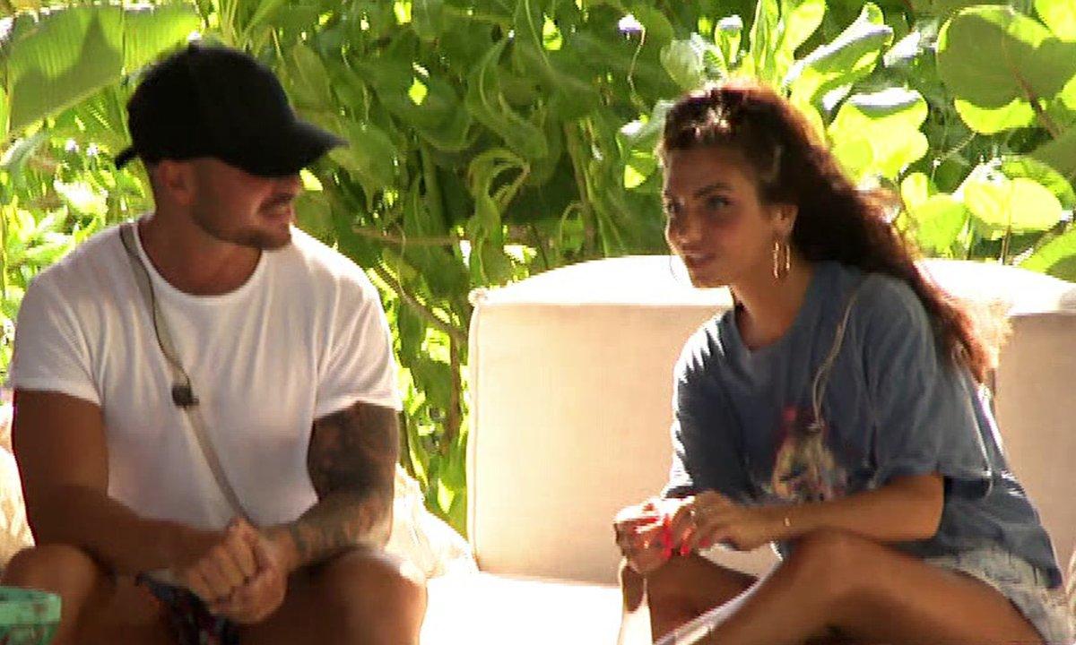 Nathanya fait des avances à Kevin dans l'épisode 18 de La Villa des Cœurs Brisés