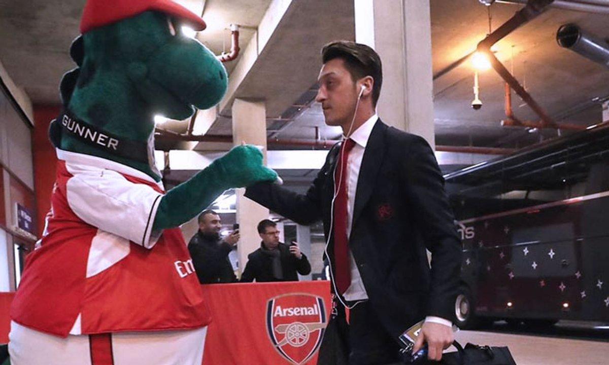 VIDEO - Le beau geste d'Ozil pour... la mascotte d'Arsenal