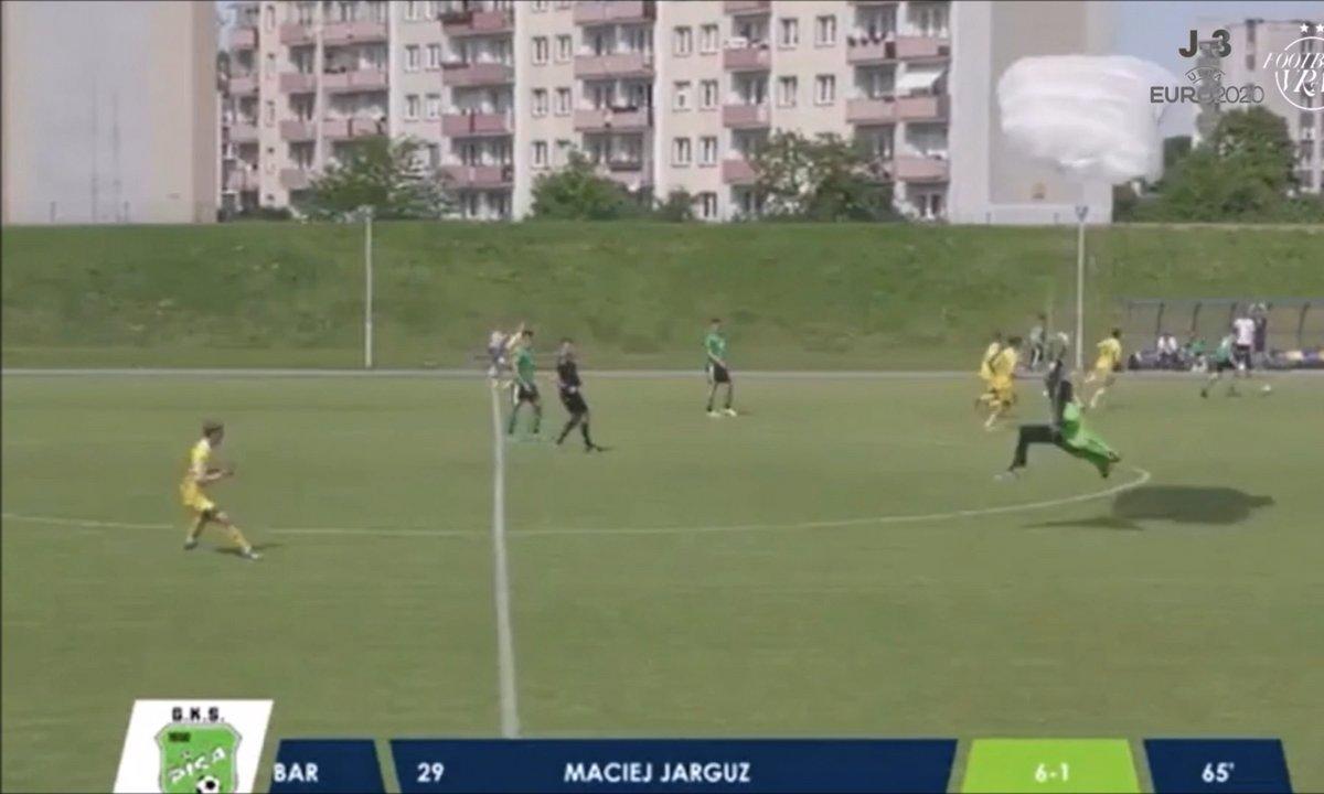 VIDEO - En plein match, un PARACHUTISTE débarque sur le terrain