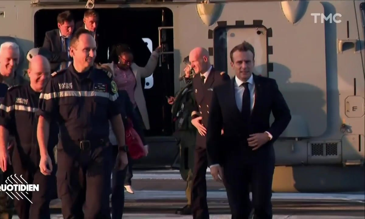 Profession président : Macron in the navy