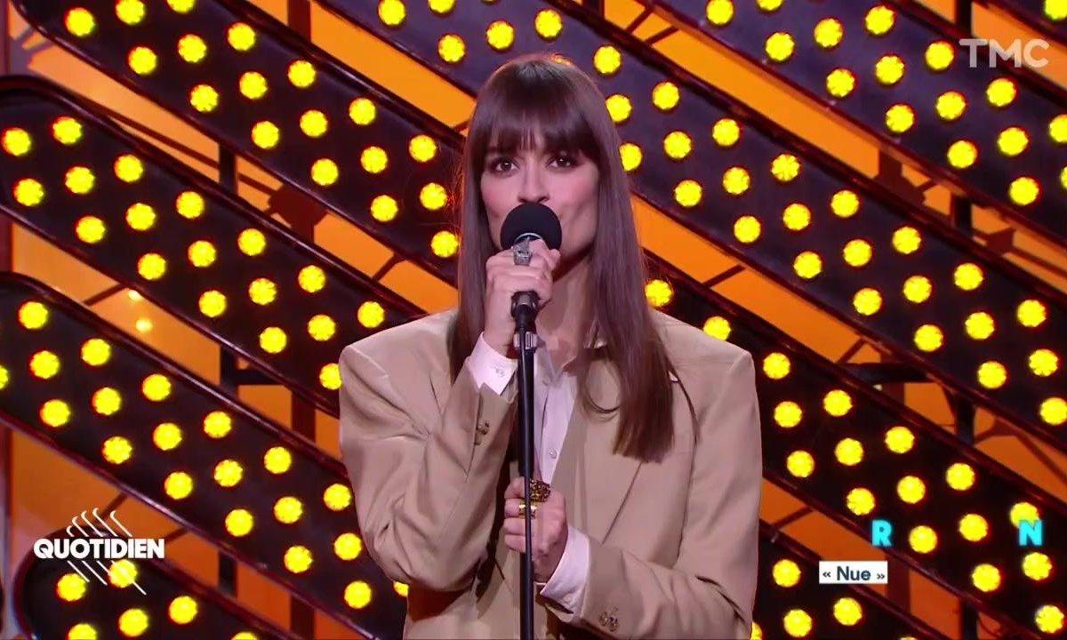 """Clara Luciani : """"Nue"""" en live pour Quotidien"""
