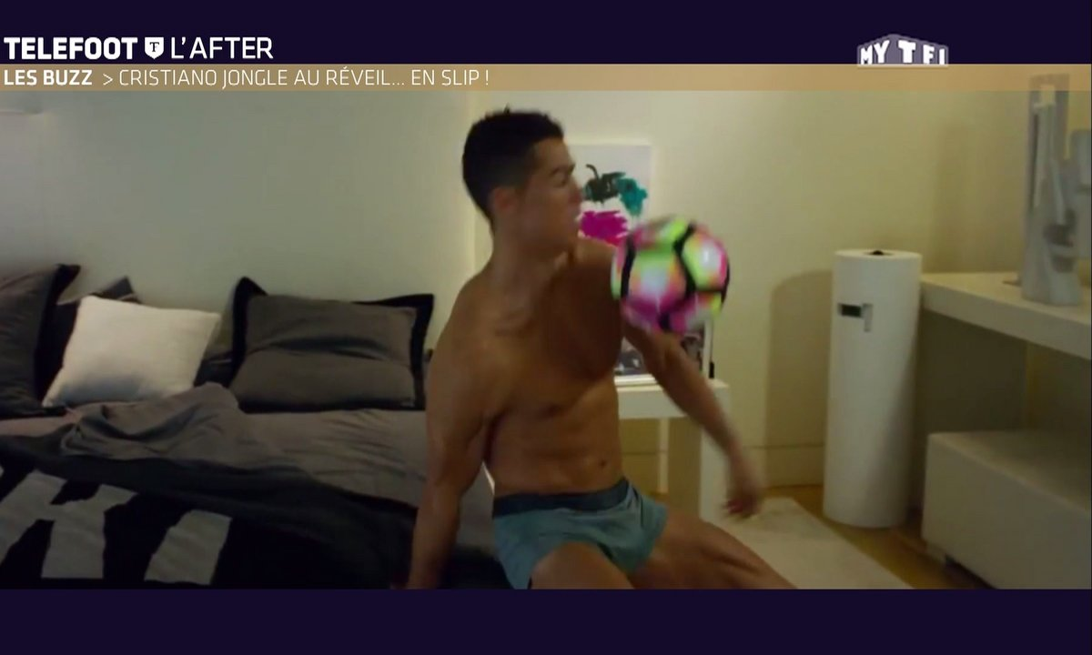 Téléfoot, l'After - Le Buzz : Cristiano Ronaldo jongle en slip dans sa chambre