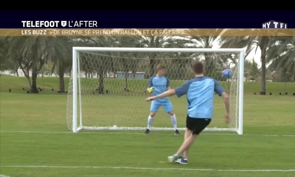 Téléfoot, l'After - Le Buzz : De Bruyne se prend un ballon et ça fait rire
