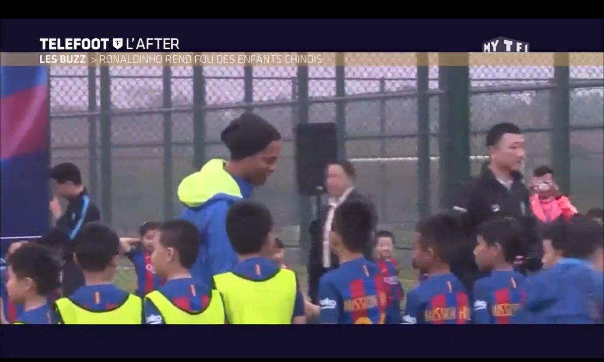 Téléfoot, l'After - Le Buzz : Ronaldinho rend fou des enfants chinois