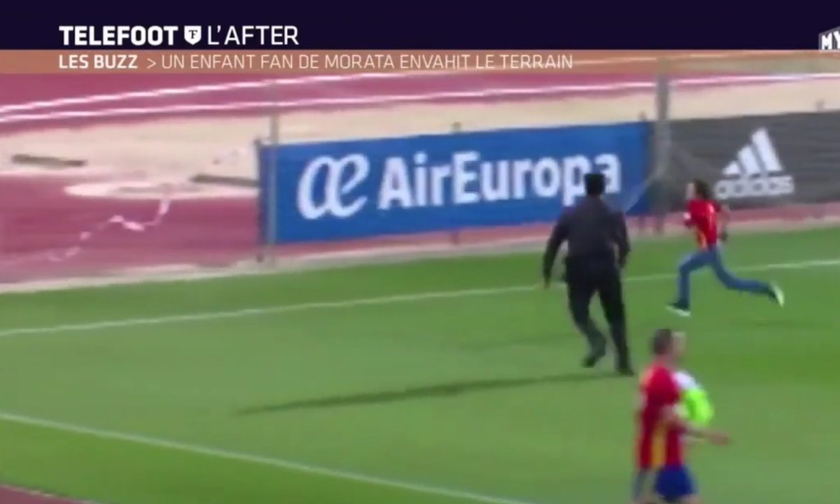 Téléfoot, l'After - Le Buzz : Un enfant fan de Morata envahit le terrain