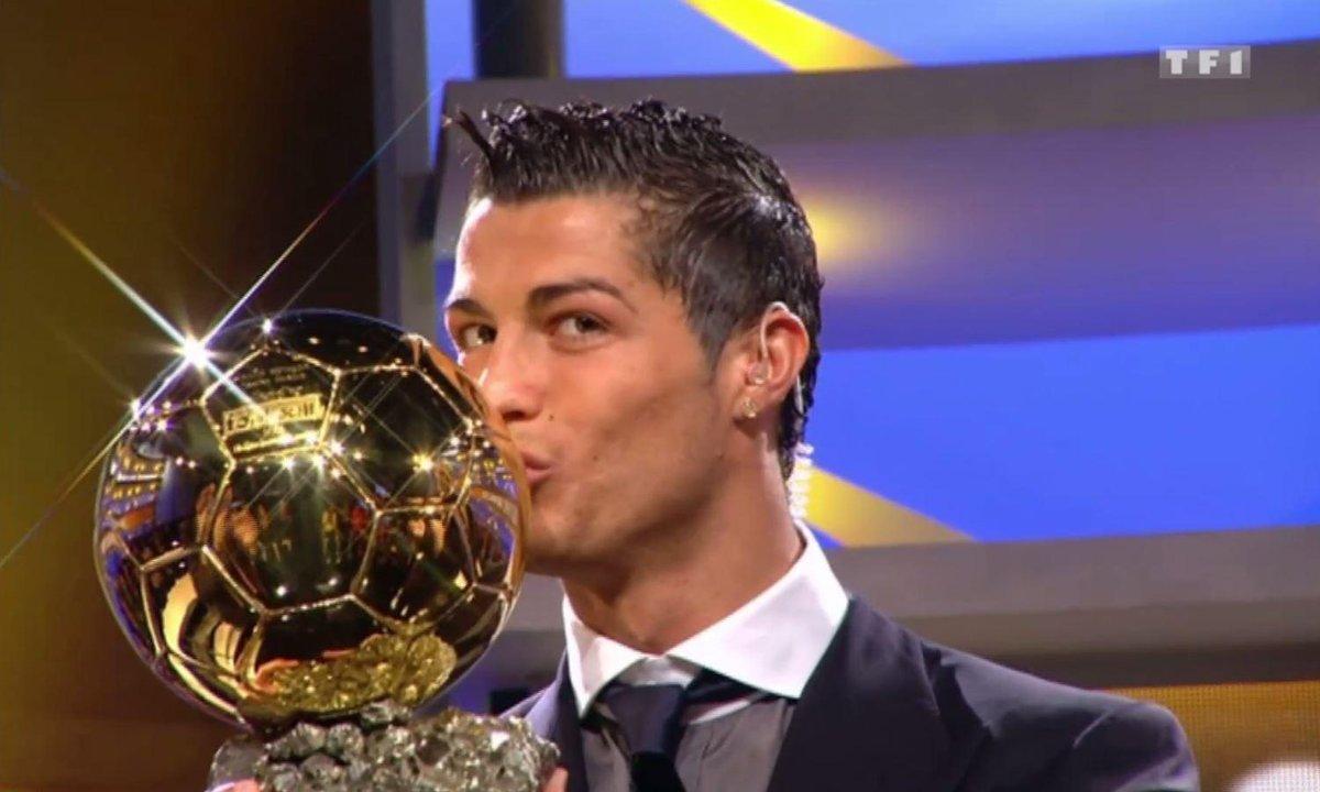 L'Archive du jour : Cristiano Ronaldo reçoit le Ballon d'Or® sur le plateau de Téléfoot