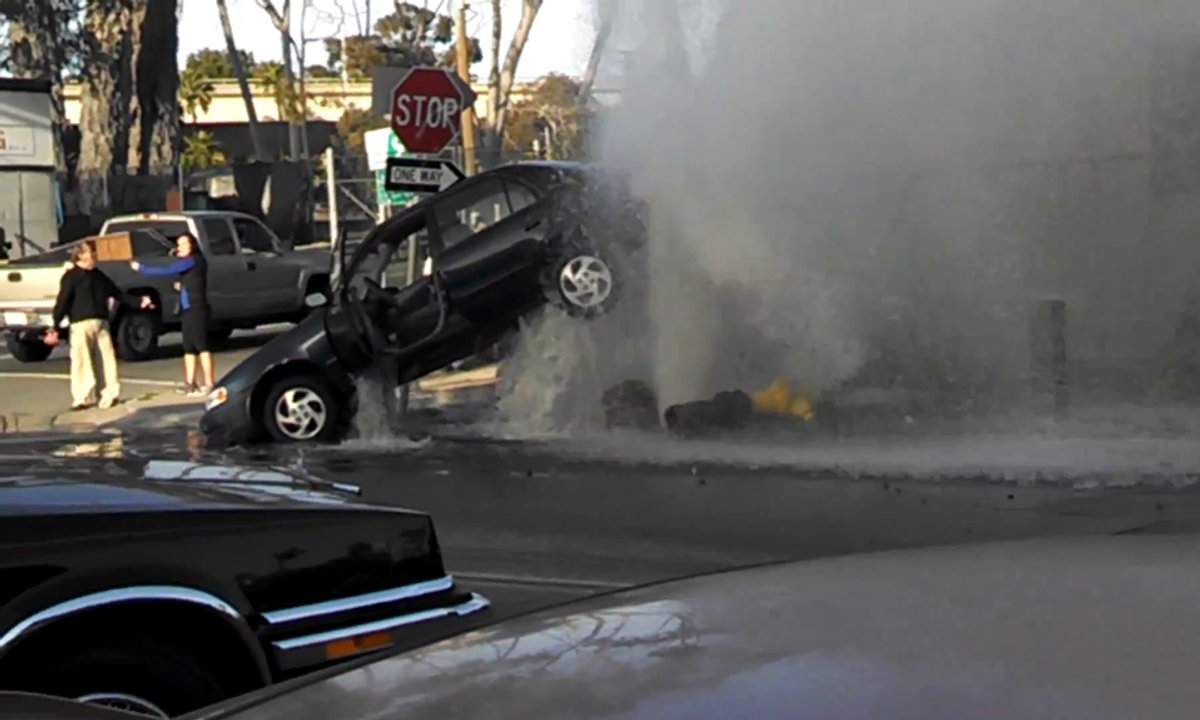 Insolite : un geyser d'eau soulève une voiture
