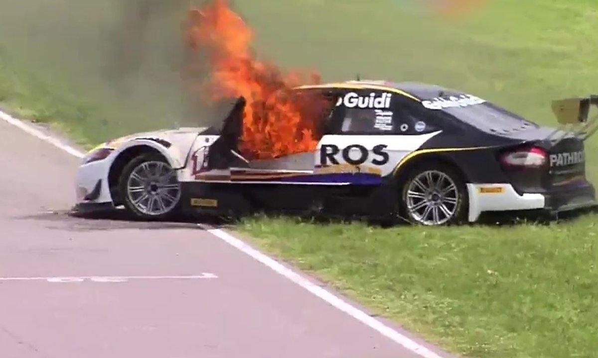 Insolite : un pilote s'échappe de sa voiture en feu
