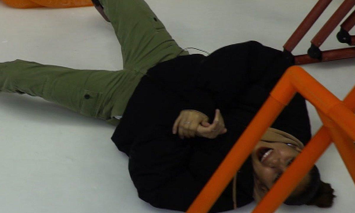 Wafa fait une chute mémorable à la patinoire