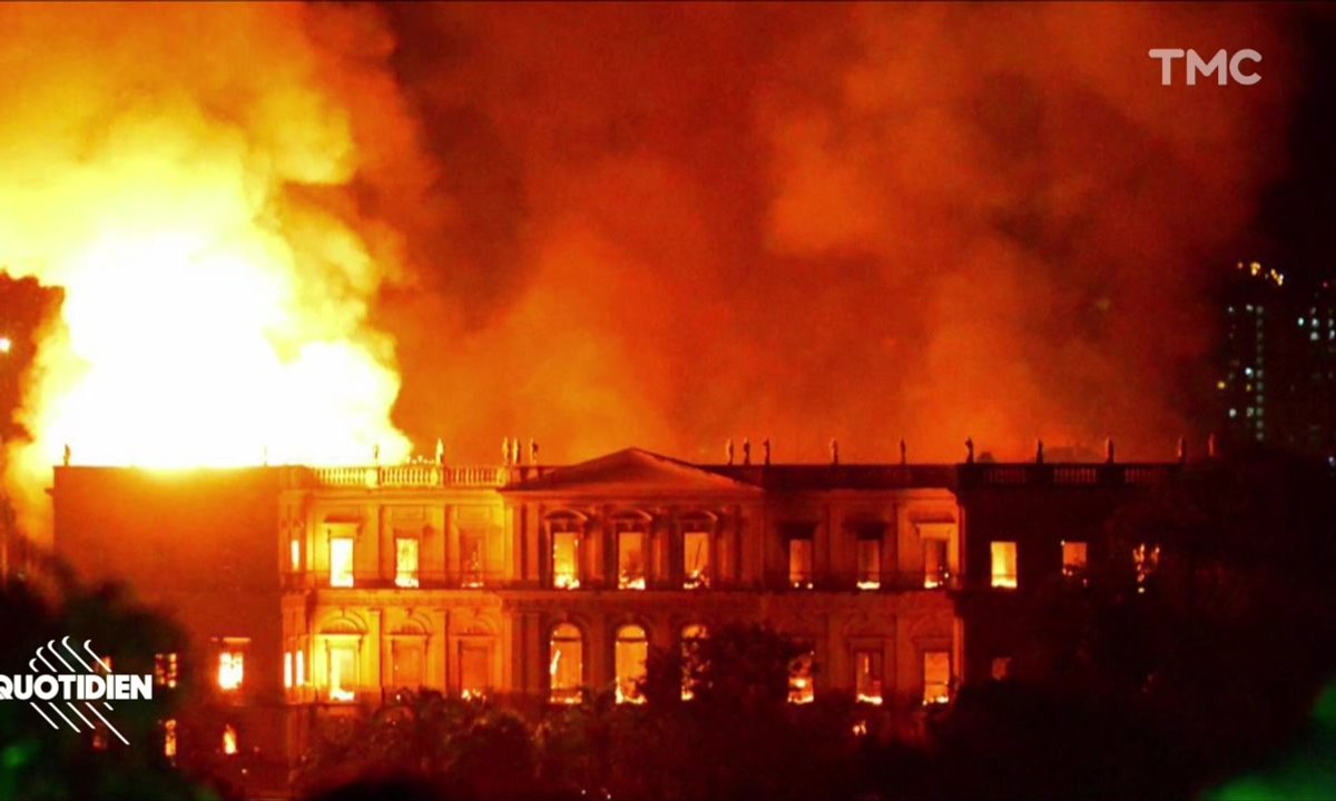 Zoom : spectaculaire incendie au musée de Rio