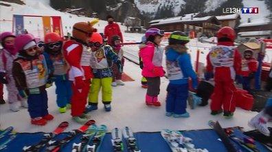 A la montagne, les enfants peuvent chausser les skis
