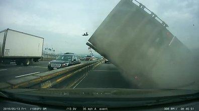 Insolite : il évite de justesse un camion qui se renverse