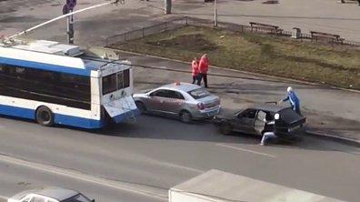 Insolite : ils attachent la voiture à un trolleybus et percutent un taxi